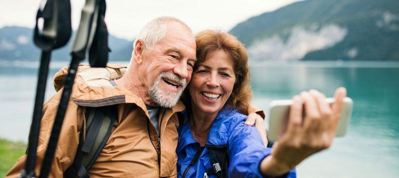 Sfaturi de la oamenii trecuţi de şaizeci de ani este un articol compus din douăzeci de învățături sănătoase și utile, adunate de-a lungul timpului de la oamenii care au depăşit pragul vârstei a doua.